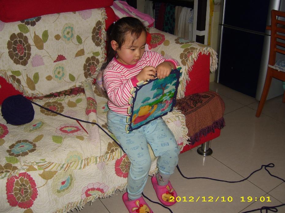 宝宝在幼儿园学会了用榻榻米织围脖,老师让每人织一条,可以送给自己的爸爸妈妈、爷爷奶奶、姥姥姥爷或者老师。宝织的第一条围脖是送给妈妈的,看来宝宝最爱妈妈。宝宝织围脖的兴趣很浓,我从网上买了8团粗毛线让宝宝在家织着玩,估计织不了两天她就腻了,看来我一冲动毛线买多了。