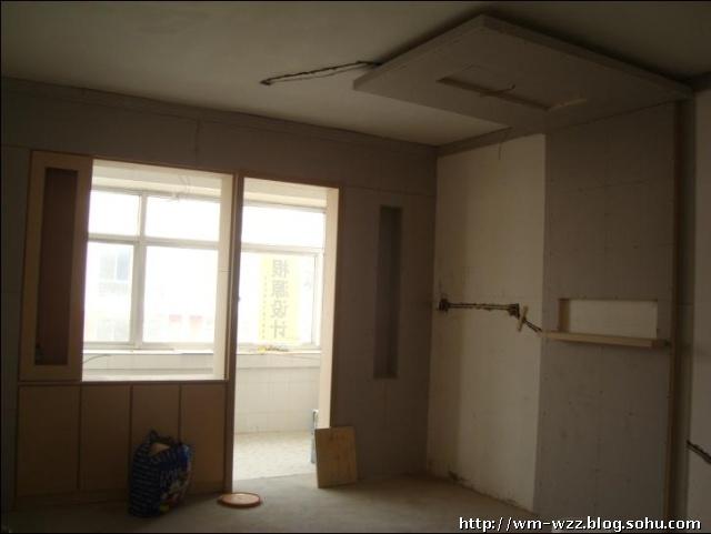 廚房門是單扇推拉門,門左邊的柜子是酒柜