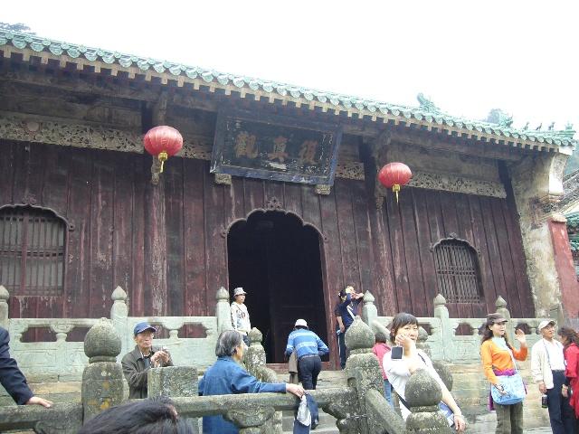 ...道门左为玲珑的祭坛现安放着一座大铜钟不少信士为求吉利撞...