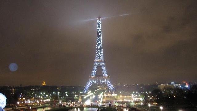 据导游讲,今夜的埃菲尔铁塔  与往日不同, 它将以十多种