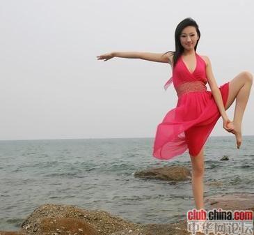 红裙长腿女孩在海边做瑜伽!令人驻足(组图)