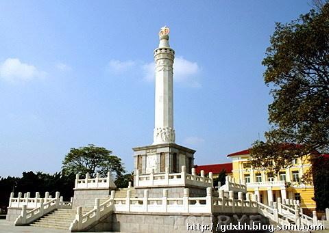 Обелиск советско-китайской дружбы перед музеем истории в Люйшуне