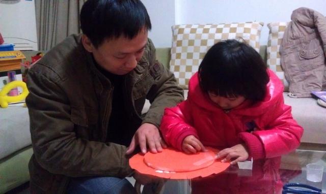 和女儿一起完成幼儿园作业——制作飞盘 毽子