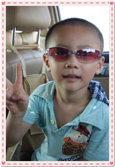 她觉得戴眼镜的男孩子漂亮吧