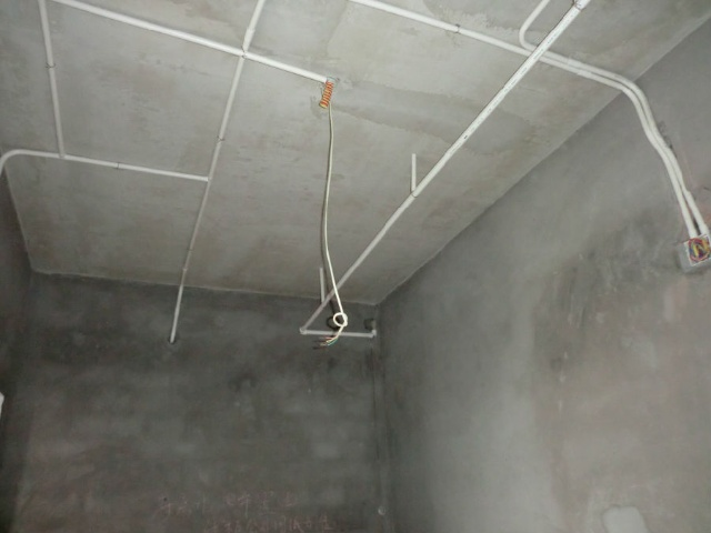1、水管管路开槽: 施工方法、先弹线,再开槽。管路开槽按要求必须是平行线与垂直线(如有水电施工图的对照施工图更好)。须平行走线的管路一律控制在60-90厘米高(从地面算起),有水龙头的管路必须垂直。深度控制在4厘米。线槽开好后施工负责人记好开槽管路尺寸、位置。方便以后洁具安装时知道管路的位置。  2、水路管道安装: 用材要求、PPR管、铝塑管。 三年前大多数用户买铝塑管,这两年用PPR管用户的比较多。管道又分冷水管与热水管专用。暗藏管道杜绝使用镀锌铁管。首先,通过施工图施工人员与业主商量水域位置与使用功能