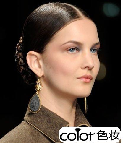 在散发中编个小辫子能轻松的为简单的发型增加