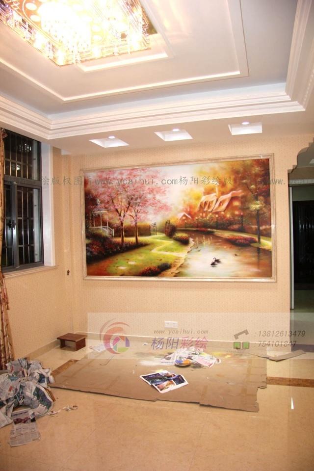 欧式风格的别墅,油画是较为常见的最具有艺术气息的装饰品。壁画搭配得当可以让空间更温馨,起到画龙点睛的作用。这幅风景画搭配在欧式风格的空间中,提升了整个空间的质感与档次,在灯光的映衬下,更显欧式风格的雍容与华贵。